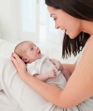 האם תינוק יונק זקוק למים?